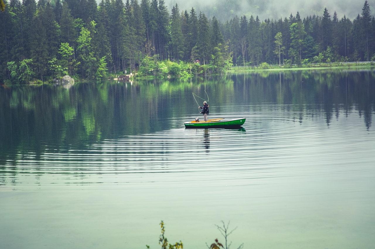 Man som fiskar på sjön